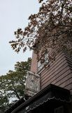 Berühmtes Hexen-Museumszeichen und -gebäude gesehen in Salem, MA, USA stockfoto