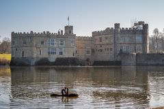 Berühmtes Leeds Castle in England - KENT, VEREINIGTES KÖNIGREICH - 27. FEBRUAR 2019 lizenzfreie stockfotografie