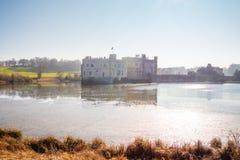 Berühmtes Leeds Castle in England - KENT, VEREINIGTES KÖNIGREICH - 27. FEBRUAR 2019 lizenzfreies stockbild