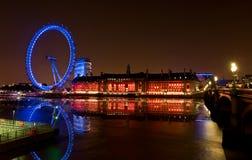 Berühmtes Markstein-London-Auge an der Nacht und an der Reflexion in der Themse Stockfotos