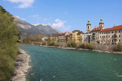 Berühmtes oldtown Innsbruck und Flussgasthaus Stockbilder