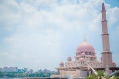 Berühmtes rosa Gebäude der Architektur von Putra-Moschee lizenzfreie stockfotos