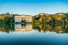 Berühmtes Schloss Leopoldskron mit Hohensalzburg-Festung in Salzburg bei Sonnenuntergang, Österreich lizenzfreie stockfotografie