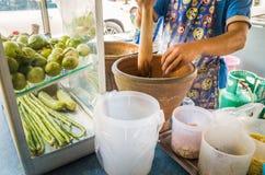 Berühmtes Straßenlebensmittel Thailands, Aktion des Kochens des Papayasalats oder des t Lizenzfreies Stockfoto