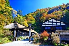 Berühmtes Tsurunoyu onsen ryokan während des Herbstes lizenzfreies stockbild