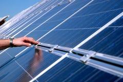 Berühren eines Sonnenkollektors Lizenzfreie Stockfotos