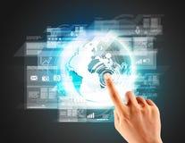 Berühren mit einer modernen digitalen virtuellen Technologie Stockbilder