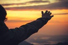 Berühren Sie die Himmelkonzept Mann-Hand und den Sonnenuntergang Lizenzfreie Stockbilder