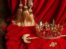 Berło i korona na czerwonym aksamicie Fotografia Royalty Free