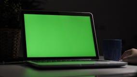 ?ber dem Schulterschu? eines Jungen, der auf Laptop-Computer auf Schreibtisch verwendet, stock video