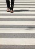 Über dem Zebrastreifen Stockfoto