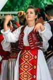 Ber den folk dansaren för den rumänska kvinnan, innan han skriver in platsen arkivbild