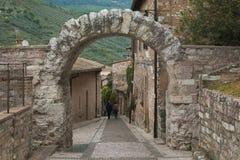 Ber?hmtes r?mischer Bogen Porta-dei Cappuccini in Spello Umbrien, Italien lizenzfreie stockfotos