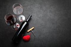 Ber?m av den Sanka valentin, garnering f?r r?tt vin b?r fruktt hj?rtaplattan royaltyfria foton