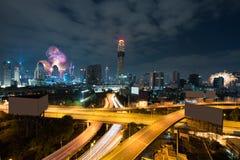 Ber?m f?r nytt ?r f?r nattsikt 2018 med skyskrapan i aff?rsomr?de i Bangkok Thailand Ljus show på magnolior arkivfoton