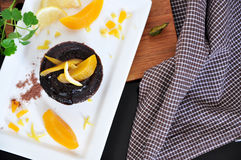 Über Schokolade Lava Cake mit Pfirsich Stockfoto