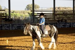 Ber Yakov Izrael, Wrzesień, - 28, 2016: Końskie jeździeckie lekcje dla dzieciaków Zdjęcie Stock