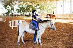 Ber Yakov Izrael, Wrzesień, - 21, 2016: Końskie jeździeckie lekcje dla dzieciaków Obrazy Royalty Free