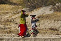 BERA, RAJASTHÁN, la INDIA los trabajadores tradicionales de las mujeres de abril de 2014 camina a través foto de archivo