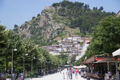 Berat Albanien Juni 2018: Modern del av den Berat staden i Albanien tonat arkivfoton