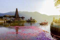 Beratan湖在巴厘岛印度尼西亚, 2017年3月6日:巴厘语村庄 图库摄影