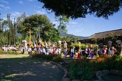 Beratanmeer, Bali/Indonesië - JULI 18 2017: De Hindoese mensen leiden binnen melasticeremonie bij de rand van het beratan meer royalty-vrije stock afbeeldingen
