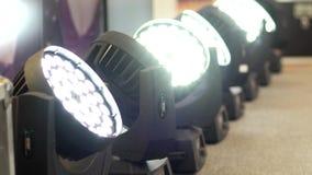 Beraten Sie sich üb Beleuchtung, Lichter, Scheinwerfer auf dem Stadium, Licht, Blitz, rotieren Sie stock footage