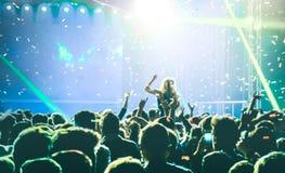 Beraten Sie sich üb Festivalereignis mit DJ, das Musik nach an der Partei spielt lizenzfreie stockfotos