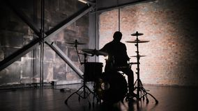Beraten Sie sich den üb Rockband, der am Stadium mit Sängerausführendem, Gitarre, Schlagzeuger durchführt Musikvideopunk, -Heavy  stock video