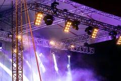 Beraten Sie sich Stadium mit Scheinwerferlichtern und über Rauch während der Leistung Stockbilder
