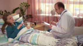 Beratener besorgter kranker Frauenpatient Berufsdoktormannes, der im Bett liegt stock video footage