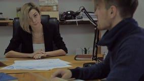 Berater auf Finanzierung und Besteuerung, eine Frau in a stock video footage