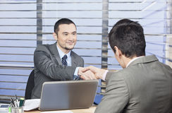 Berater, der Hände mit seinem Kunden rüttelt Stockbild