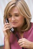 Berater, der Klienten mit guten Nachrichten anruft Lizenzfreies Stockfoto