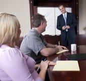 Berater, der Klienten sich darstellt Stockfotografie