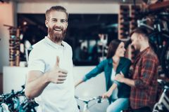 Berater Helps in den Fahrrad-oben wählen und Daumen lizenzfreie stockbilder
