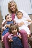 Berater mit drei IVF Kleinkindern Stockfotografie