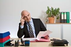 Berater vergleicht Berechnungen Lizenzfreie Stockfotografie