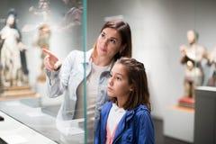 Beratungsführer der Mutter und der Tochter im Telefon Stockfotos