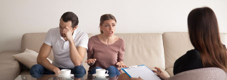 Beratungsfamilienpsychologe der unglücklichen jungen Paare, argumentierend, ho Lizenzfreie Stockbilder