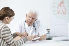 Beratungstestergebnisse des älteren Kardiologen lizenzfreies stockfoto