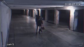 Berauben eines Mädchens, das am Telefon in einer Unterführung spricht Aufnahme von einer Überwachungskamera stock video