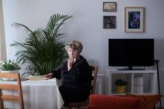Beraubte Frau allein zu Hause Lizenzfreie Stockfotografie