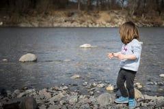 Berbeć bawić się na brzeg rzekim obrazy royalty free