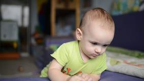 Berbeć chłopiec bawić się z zabawkarskim samochodem zbiory
