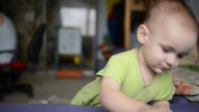 Berbeć chłopiec bawić się z zabawkarskim samochodem zbiory wideo