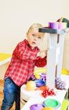 Berbeć chłopiec bawić się zabawkarską kuchnię obrazy royalty free
