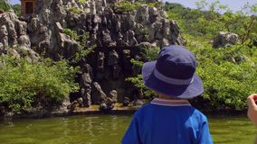 Berbeć chłopiec patrzeje makak małpy skacze na skałach Małpia wyspa, Wietnam zdjęcie wideo