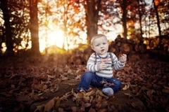 Berbeć chłopiec w liściach przy dziękczynieniem obrazy stock