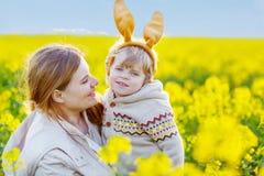 Berbeć chłopiec w Wielkanocnego królika jego i ucho matka Fotografia Stock